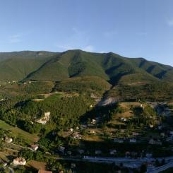 De gauche à droite : l'Italie, Nice et le col de Félines.